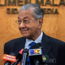 Read newspapers daily to keep active mind, says Mahathir