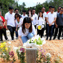 Newly-elected Sandakan MP Vivian Wong Shir Yee placed a bouquet of flowers at the grave of her late father Datuk Stephen Wong Tien Fatt, at the Sandakan Christian Cemetery on May 12, 2019. — Bernama