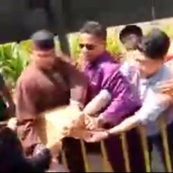 (Video) Protestors roughed up outside Najib meet-and-greet
