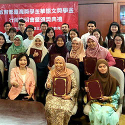 Scholarship recipients received their certificate from Anne Hung, Representative of Taipei Economic and Cultural Office (TECO) in Malaysia during the scholarship award presentation and briefing session held by TECO Malaysia in TECO office today