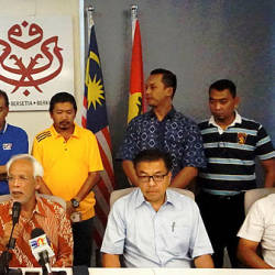 Umno Johor Baru division chief Tan Sri Shahrir Abdul Samad (C) and his committee members. — Sunpix by Low Sock Ken.