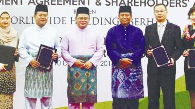 Selangor Mentri Besar Amirudin Shari (third from left) witnessing the signing ceremony between Worldwide Holdings Bhd and Western Power Clean Energy Sdn Bhd in Shah Alam yesterday. - Zulkifli Ersal/TheSun