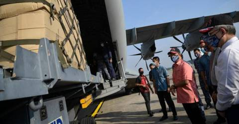 PM inspects preparations to send critical supplies to Sabah, Sarawak
