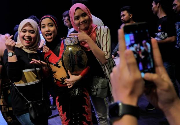 Phoenix taking pictures with fans after the event. Asyraf Rasid / the sun