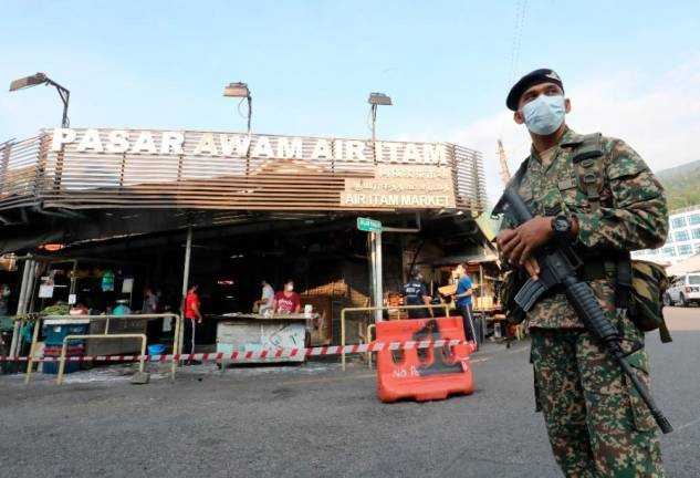 Troops on standy to reinforce MCO at Air Itam wet market. MASRY CHE ANI/THE SUN