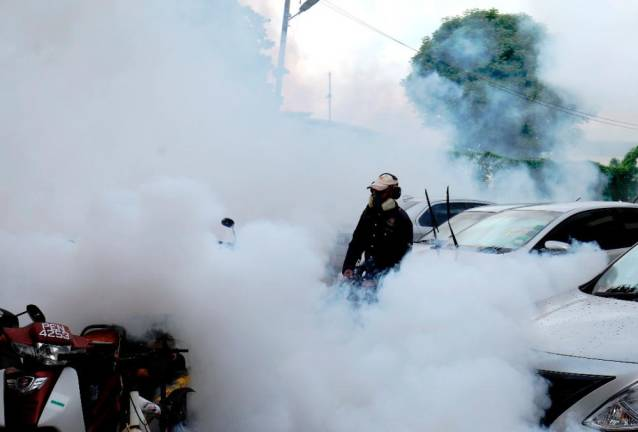 A staff from the vector unit of the state health dept conducting fogging exercise at Taman Air Itam following the increase case if dengue and Chingkunguya virus in Penang. MASRY CHE ANI/THE SUN