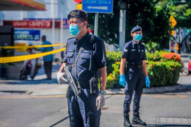 The police are monitoring the exit and entry of the Chowkit Wet Market to safeguard and reduce the spread of the COVID19 outbreak. ZAHID IZZANI/THESUN