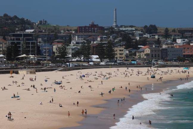 Heat wave returns to Australia on first day of summer