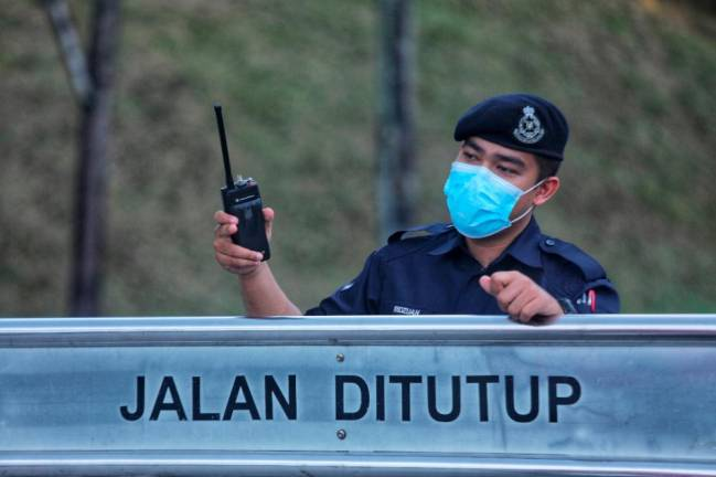 The Police take decision to block the Jalan Persiaran Sg.Buloh (TSB) due of Movements Control Order to reduce the risk of COVID19. ZAHID IZZANI/THE SUN