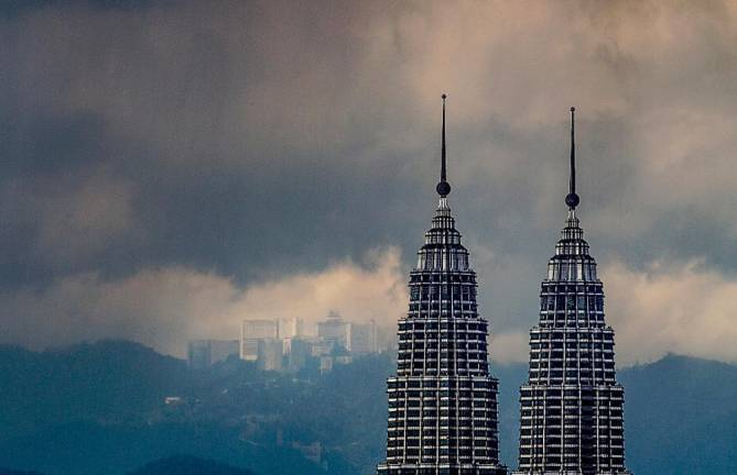 SILVER LINING... A mid the hardship brought on by the Covid-19 outbreak, residents in Kuala Lumpur were treated to a have sight of Genting Highland due to less air pollution and clearer by the movement control order. SUNPIX ASHRAF SHAMSUL.