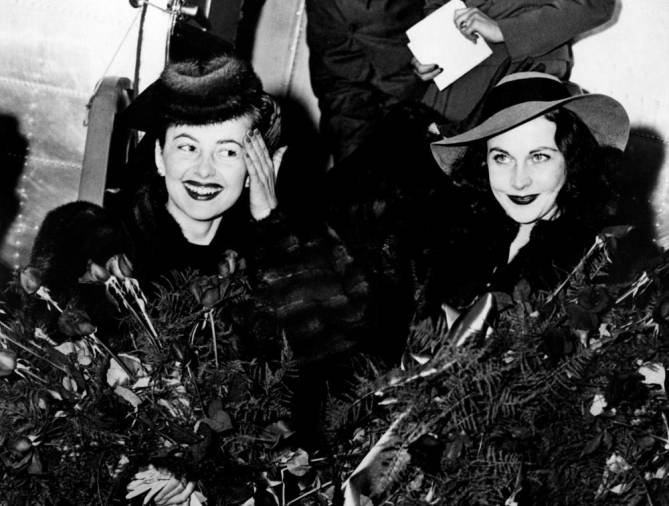 "FILES) In this file photo taken on December 14, 1939 US actress Olivia de Havilland (L) and British actress Vivien Leigh are pictured as they leave a plane upon their arrival in Atlanta for the premiere of ""Gone with the wind"". / AFP / ACME / -"
