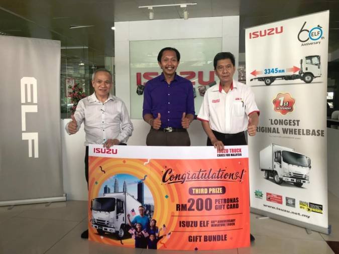 $!Third place went to Mohd Zulkhairi Abdullah (middle) also from Sabah, with Isuzu dealer Universal Motor Sdn Bhd managing director Chok Yun Kiong (left) and sales operations manager Philip Chua.
