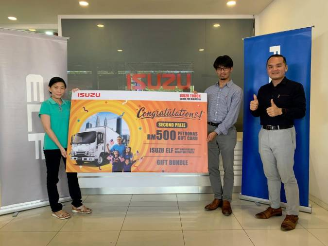 Foo Wei Ling (left) from Terengganu receiving her second prize from Isuzu Malaysia Sdn Bhd commercial vehicle division chief operating officer Atsunori Murata and Isuzu dealer Yeow Lee Commercial Sdn Bhd director Lim Teck Boon.