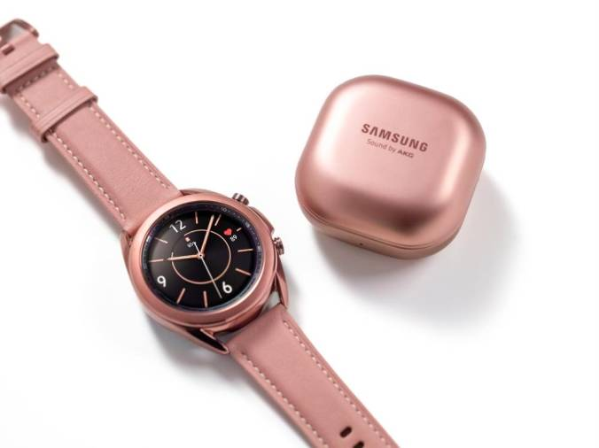 This handout photo obtained August 5, 2020 courtesy of Samsung shows the Galaxy watch3. / AFP / Samsung Electronics / Handout /