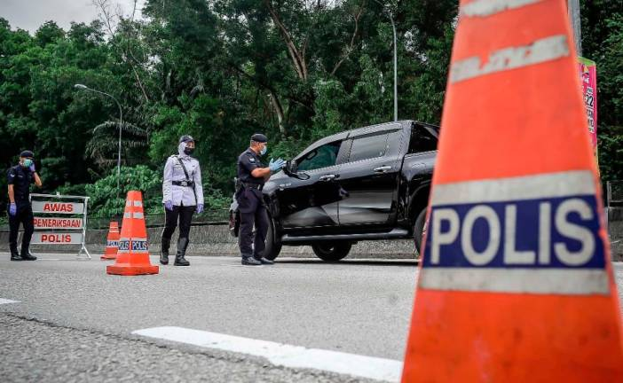Members of Malaysian Army deployed to assist the Royal Malaysian Police Force at Kampung Melayu, Sungai Buloh. Malaysian police have set up more than 500 roadblocks as Malaysia's lockdown enters it's 5th day. The measures were introduced in an attempt to stop the spread of coronavirus (COVID-19). ADIB RAWI YAHYA/THESUN