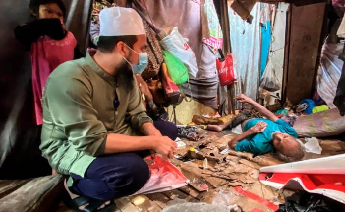 Motivational speaker, restauranteur and preacher Ustaz Ebit Lew visits a stroke victim and his family at a dilapidated hut in Lorong Gedebang in Alor Setar, Kedah. Sunpix by ASHRAF SHAMSUL AZLAN.