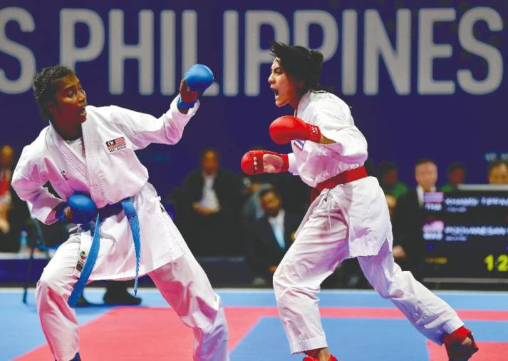 Madhuri (on left) beat Thailand's Khamsi Tippawan in the 55kg kumite women's final at the SEA Games 2019 in the Philippines. – Bernama