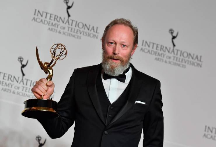 $!(FILES) This file photo taken on November 19, 2018 shows Danish actor Lars Mikkelsen holding his award for Best Performance by an Actor during the 46th International Emmy Awards gala in New York City. / AFP / Angela Weiss