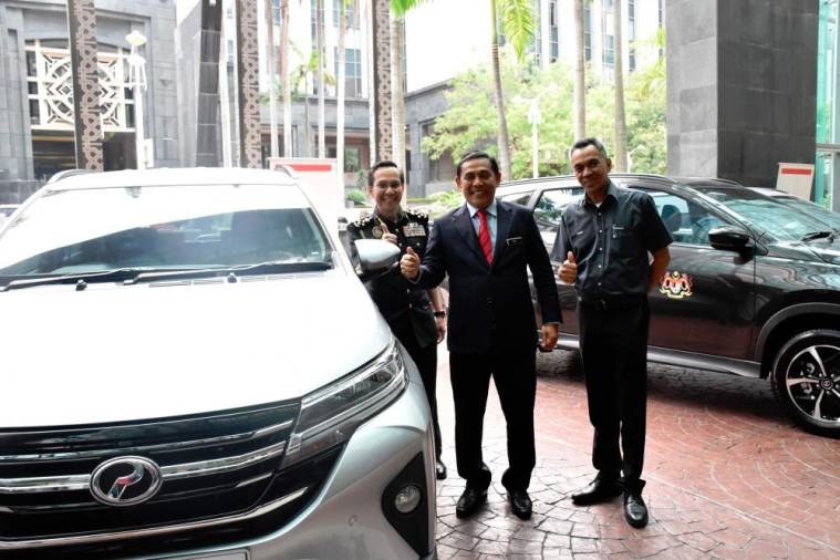 $!Perodua Sales Sdn Bhd managing director Datuk Zahari Husin (far right) with Muez (middle) Iskandar during the delivery of the 55 Aruz at KPDNHEP earlier today.