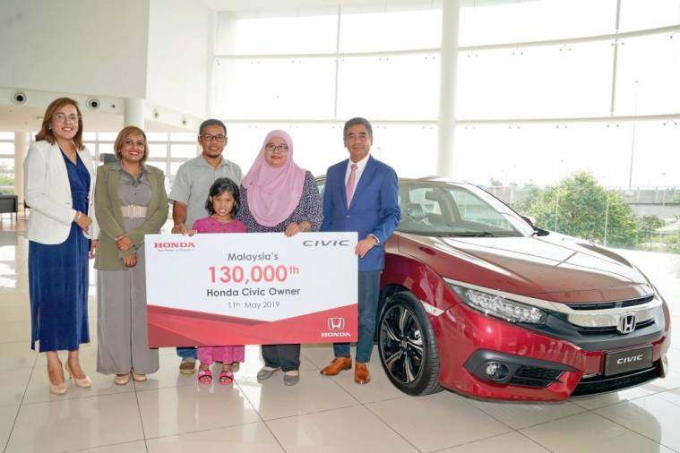$!Fatihah (2nd from right) with her husband (3rd from left) and child, together with Honda Malaysia head of sales division Sunita Prabhakaran (left), Jahabarnisa (2nd from left) and Botanic Auto Mall dealer owner, Datuk Mahfoz Hamid.