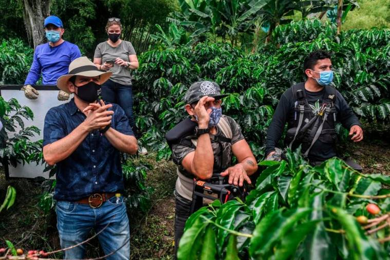 TV director Mauricio Cruz (L) rehearses a scene during the production of a new version of the Colombian soap opera Cafe in the municipality of Chinchina, Caldas Department, Colombia, on December 8, 2020, amid the COVID-19 coronavirus pandemic. AFP / Joaquin SARMIENTO