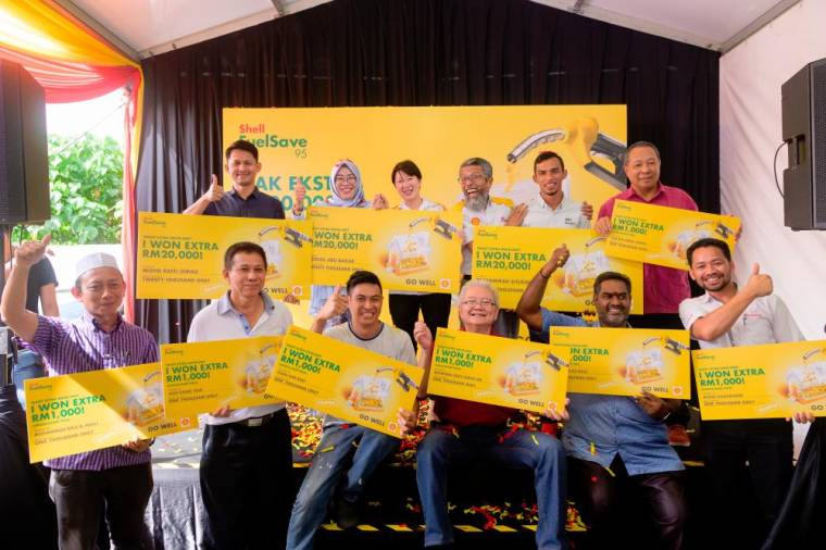 $!Shairan (back row, 3rd from right) with the grand and consolation prize winners of the Nak Ekstra RM20,000? campaign.