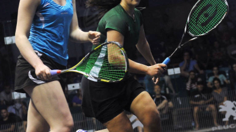 Laura survives early scare to qualify for second round of