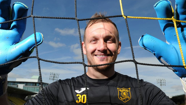(video) Scottish club's fans 'to decide' goalkeeper's fate on Twitter