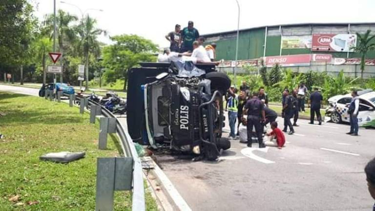 (Video) Police truck with 26 detainees lands on its side