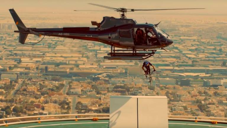 (Video) Biker jumps out of helicopter and onto Dubai skyscraper roof