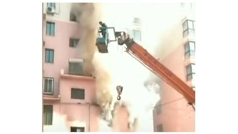 (Video) Teen crane operator saves 14 from burning building