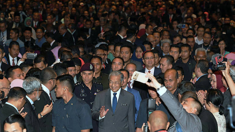 Mahathir assures Raya bonus for civil servants