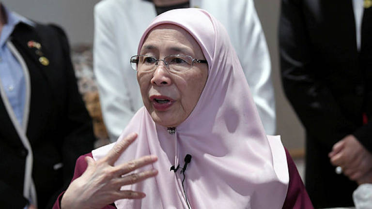Wan Azizah offers condolences in emotional meeting with Nora Anne's family
