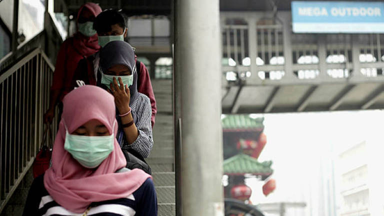 Govt warns stern action against traders who raise price of face masks