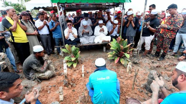 Umno veep calls for unity after fireman's death