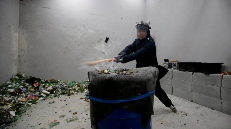 Smashing good time in Beijing's anger room (Video)
