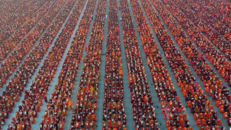 30,000 monks attend mass alms-giving in Myanmar