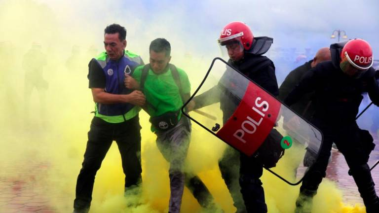Water bombs and tear gas traded in Tg Piai by-election police simulation training
