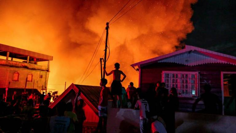 huge fire ravages 600 homes in brazil s amazon