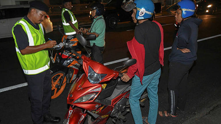 (Video) Teen motorcyclist tells JPJ to let him go because his mum will be mad