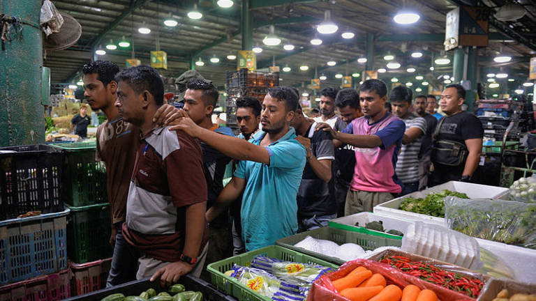 Immigration nabs 16 illegals at shopping complex