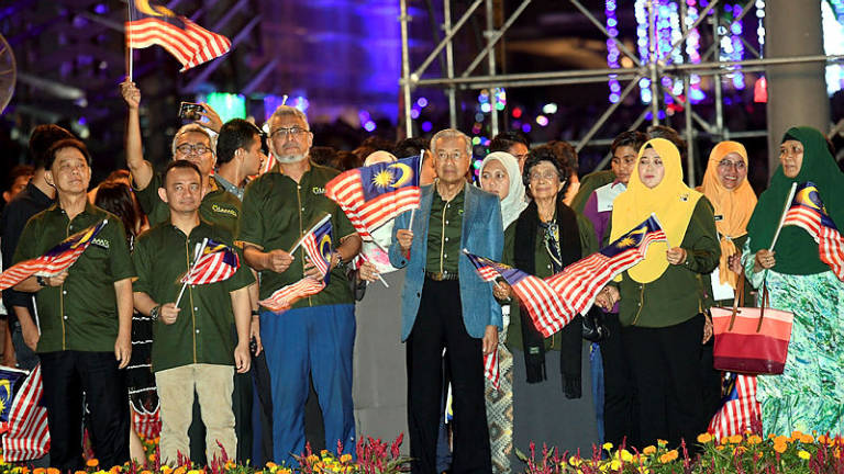 Mahathir ushers in New Year in Putrajaya, joyous celebrations nationwide