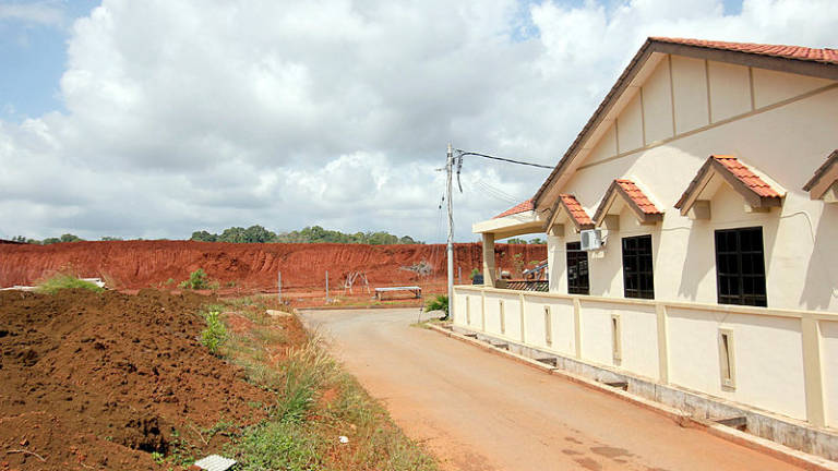 New grants given when old grants not used up yet in Risda, Felcra housing sites