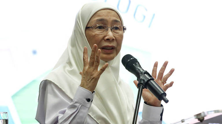 Wan Azizah shows charisma in short UK visit