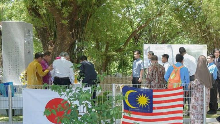 【日本の軍隊はアジアで尊敬されてる→】日本領事館前に設置された英雄記念碑が現地人の抗議により撤去される