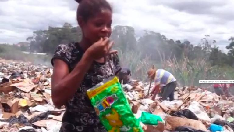 (Video) Hungry Venezuelans rummage landfill for food