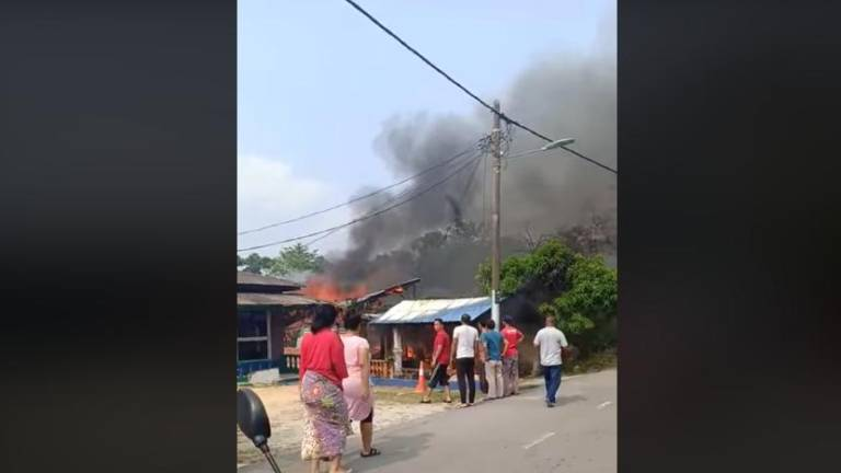 (Video) Three cheat death in JB house fire