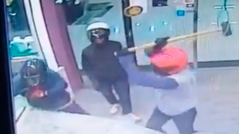 (Video) Goldsmith in Rawang loses RM500k to four robbers