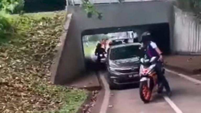 Malaysian driver got blocked on the road by angry motorcyclist
