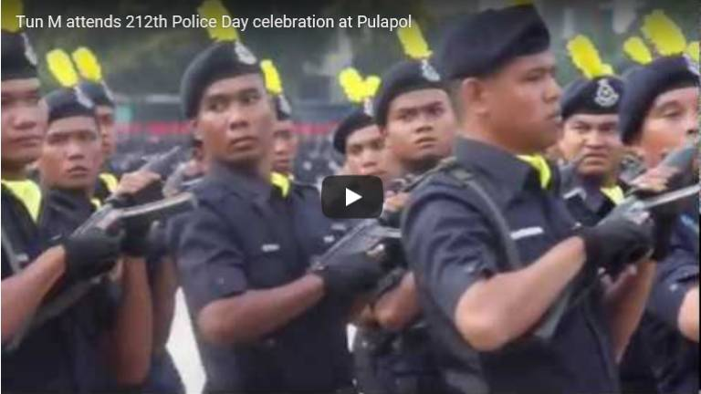 Tun M attends 212th Police Day celebration at Pulapol